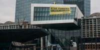 Greenpeace in azione sul palazzo della Bce: basta soldi ai giganti delle fonti fossili