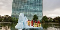 Greenpeace in azione, attivisti su iceberg davanti al palazzo di Eni a Roma