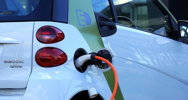 Nel primo trimestre del 2021 l'elettrico supera diesel e benzina